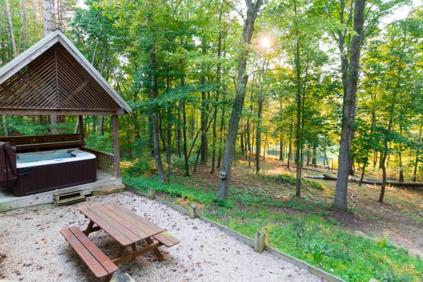 Cherry Ridge Retreat of Hocking Hills Stillwaters outdoor picnic table hot tub