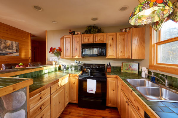 Water's Edge Luxury Family Cabin Kitchen