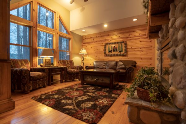 Waters Edge Luxury Family Cabin Living room