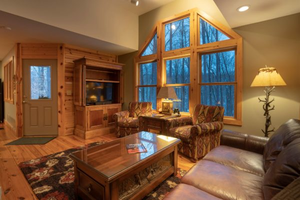 Waters Edge Luxury Family Cabin Livingroom