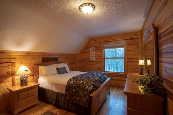 Waters Edge Luxury Family Cabin Upstairs Bedroom